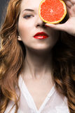 Belle fille avec le fruit orange Images stock
