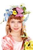 Belle fille avec le guindineau et la fleur. Image stock