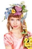 Belle fille avec le guindineau et la fleur. Photo stock