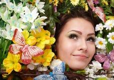 Belle fille avec le guindineau et la fleur sur l'herbe. Photo libre de droits