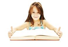 Belle fille avec le livre, affichant le signe EN BON ÉTAT Images stock