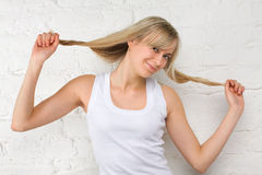 Belle fille avec le long cheveu blond Images stock