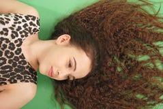 Belle fille avec le long cheveu ondulé Photographie stock