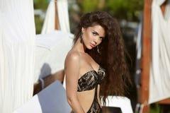 Belle fille avec le long cheveu ondulé Portrait d'été de beauté Brun Photo libre de droits