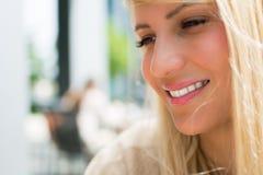 Belle fille avec le long sourire de cheveux blonds Photo libre de droits