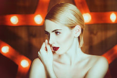 Belle fille avec le maquillage à la mode image stock