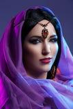 Belle fille avec le maquillage arabe photographie stock libre de droits
