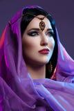 Belle fille avec le maquillage arabe photographie stock