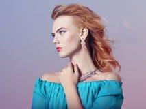 Belle fille avec le maquillage avec des bijoux images stock