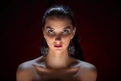 Belle fille avec le maquillage coloré créatif sur un fond foncé photos libres de droits