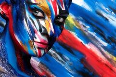 Belle fille avec le maquillage coloré lumineux image libre de droits