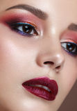 Belle fille avec le maquillage coloré professionnel Photo stock
