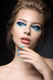 Belle fille avec le maquillage créatif lumineux de mode Image libre de droits