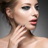 Belle fille avec le maquillage créatif lumineux de mode Photographie stock libre de droits