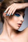 Belle fille avec le maquillage créatif lumineux de mode Images libres de droits