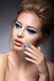 Belle fille avec le maquillage créatif lumineux de mode Photos libres de droits