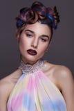 Belle fille avec le maquillage créatif lumineux de mode et la coiffure colorée Portrait de studio de visage de beauté Photographie stock
