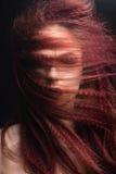 Belle fille avec le maquillage d'or et lèvres de Bourgogne avec le vent dans les cheveux Visage de beauté Photo stock