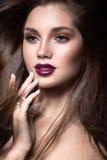 Belle fille avec le maquillage d'or et lèvres de Bourgogne avec le vent dans les cheveux Visage de beauté Image libre de droits