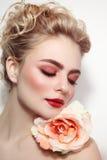 Belle fille avec le maquillage frais Image stock