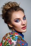 Belle fille avec le maquillage lumineux dans le châle russe image stock