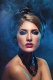 Belle fille avec le maquillage lumineux et châle sur la tête photos libres de droits
