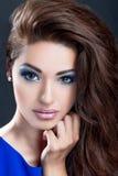 Belle fille avec le maquillage parfait de peau et de soirée Image stock