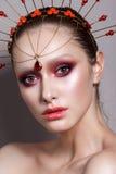 Belle fille avec le maquillage professionnel de couleur et l'accessoire principal indien Photo libre de droits