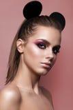 Belle fille avec le maquillage professionnel et les oreilles de Mickey Mouse Photographie stock