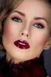 Belle fille avec le maquillage rouge photos stock