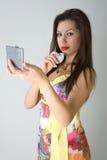 Belle fille avec le miroir dedans   Photo stock