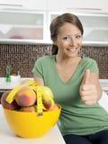 Belle fille avec le paraboloïde des fruits Photos stock