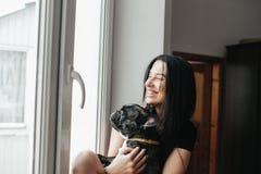 Belle fille avec le petit chien photo stock