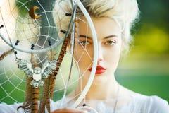 Belle fille avec le receveur rêveur Photographie stock