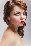 Belle fille avec le renivellement lumineux Visage de beauté Photographie stock libre de droits