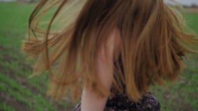 Belle fille avec le ruban dans la robe foncée avec banque de vidéos