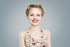 Belle fille avec le sourire mignon, portrait Femme de sourire Images stock