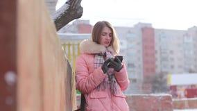 Belle fille avec le téléphone portable banque de vidéos