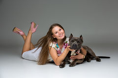 Belle fille avec le terrier gris de stafford Photos stock