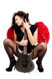 Belle fille avec les ailes rouges et la guitare d'ange d'isolement Photographie stock libre de droits