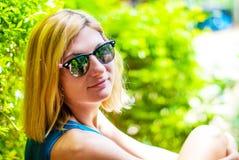 Belle fille avec les cheveux blonds dans des lunettes de soleil Photos libres de droits