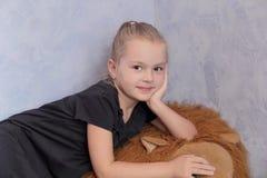 Belle fille avec les cheveux blonds et les yeux bleus Photo libre de droits
