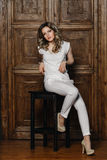Belle fille avec les cheveux bouclés dans un costume blanc photo stock