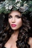 Belle fille avec les cheveux bruns bouclés et les lèvres roses Photo stock