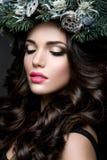 Belle fille avec les cheveux bruns bouclés et les lèvres roses Photographie stock