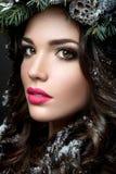 Belle fille avec les cheveux bruns bouclés et les lèvres roses Image stock