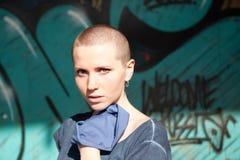Belle fille avec les cheveux courts Photographie stock libre de droits