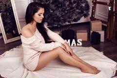 Belle fille avec les cheveux foncés, posant près de l'arbre de Noël Photos stock