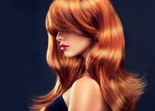 Belle fille avec les cheveux rouges brillants Photos libres de droits