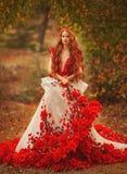 Belle fille avec les cheveux rouges en parc d'automne photo libre de droits
